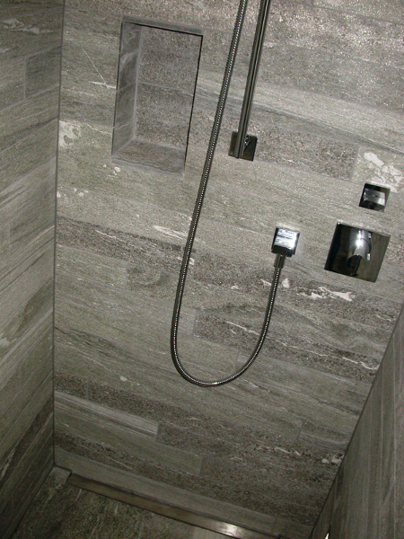 Verkleidung Aus Granitstreifen Im Wohnzimmer Badezimmer Weinkeller Pool Im  Aussenbereich Badewannenträume Detailarbeit In Dusche Mit Valser Quarzit ...